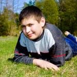 ragazzo sdraiato sul prato — Foto Stock #1020482