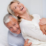 Senior koppel samen lachen — Stockfoto #9184285