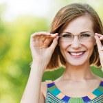 Портрет красивая молодая женщина смешные очки — Стоковое фото #7763806