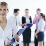 mujer de negocios permanente con su personal en segundo plano — Foto de Stock   #9433696