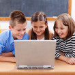 Счастливые дети, глядя на ноутбук — Стоковое фото #6161864