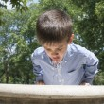barn dricksvatten från en fontän — Stockfoto #28915025