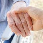 Trzymając rękę seniorów — Zdjęcie stockowe #8228656