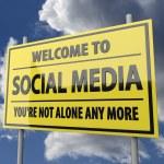 cartello stradale con parole di benvenuto ai social media su sfondo blu cielo — Foto Stock #25184235