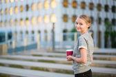 年轻的商界女性在户外喝咖啡