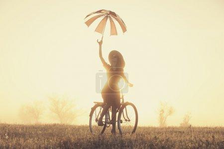 农村的日出时间自行车上雨伞的女孩_高清图片_邑石网
