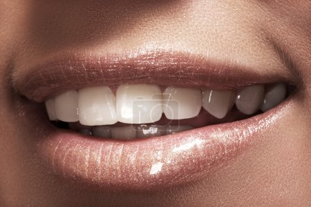 女人的嘴唇与时尚自然白咖啡口红化妆的特写镜头_高清图片_邑石网
