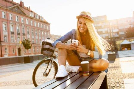 年轻时尚的女人,在城市的街道_高清图片_邑石网