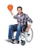 坐在轮椅上打篮球的人