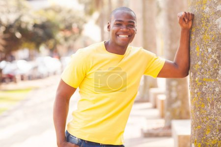 在城市中的年轻的非洲男人_高清图片_邑石网