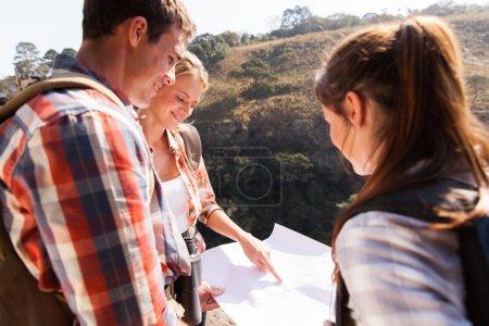 徒步旅行者指着地图的山上