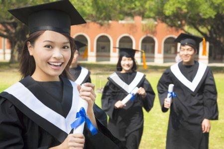 女大学生毕业同学并持有一张文凭_高清图片_邑石网
