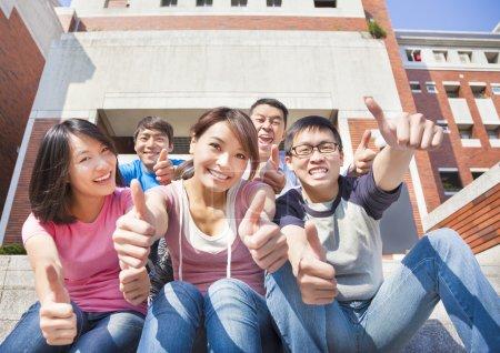 快乐的学生竖起大拇指在一起_高清图片_邑石网