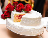 婚礼蛋糕装饰着红玫瑰