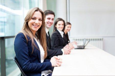 集团的业务在办事处排队微笑_高清图片_邑石网