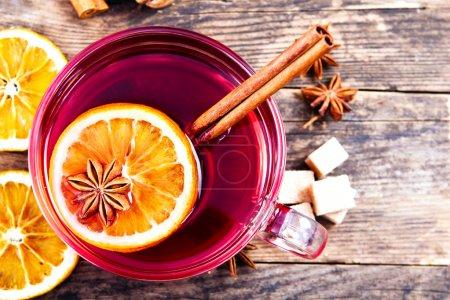 杯美味的仿古木制的桌子上的茶