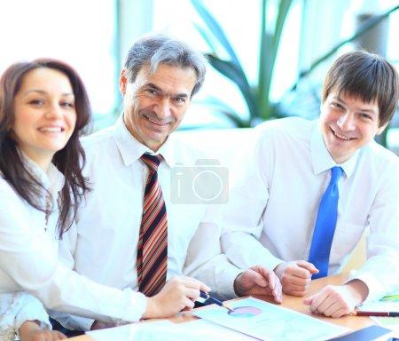快乐的微笑在办事处的业务组_高清图片_邑石网