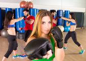 在健身馆拳击 aerobox 女肖像
