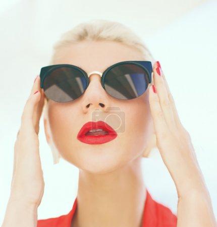 时尚肖像的时尚眼镜的女孩