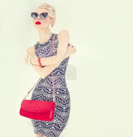一个时尚的女孩的时尚肖像