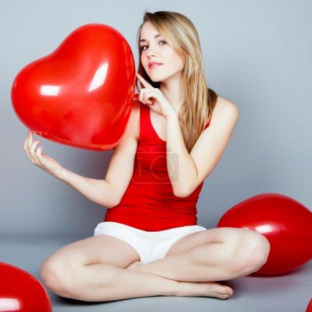 情人节女人拿着红色的心气球