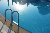 Ξενοδοχείο πισίνα με ηλιόλουστη αντανακλάσεις