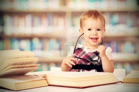 在图书馆看书的眼镜滑稽女婴