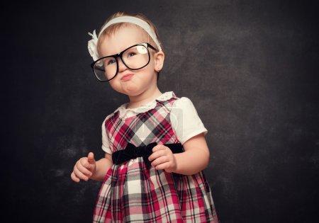 玻璃在黑板上的滑稽可笑的姑娘瞳孔