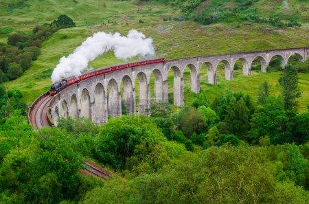 在苏格兰著名的格兰芬兰高架桥上的蒸汽火车的细节