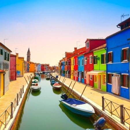 威尼斯地标、 布拉诺岛运河、 多彩的房子和小船