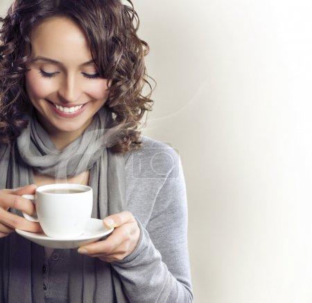 喝杯茶或咖啡的美丽女人