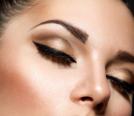 眼部化妆。美丽的眼睛复古风格化妆_高清图片_邑石网