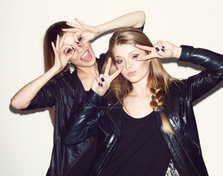 两个年轻的女孩朋友