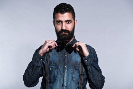 复古时髦 1900年时尚男人与黑色的头发和胡子。背着_高清图片_邑石网