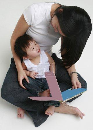 女人和孩子阅读