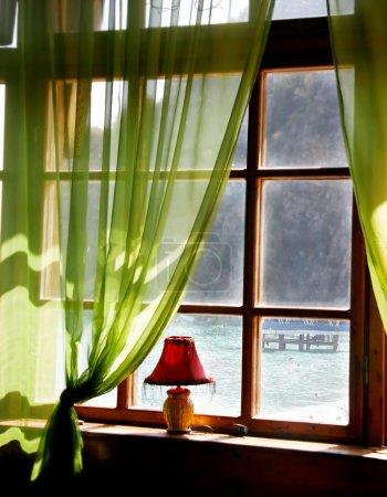 老酒店海景的木质窗户