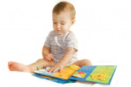小男孩白上读一本书
