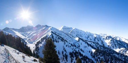 与太阳在 ak 布拉,阿拉木图,哈萨克斯坦亚洲冬季雪山谷的全景