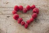 一些树莓在心的形状