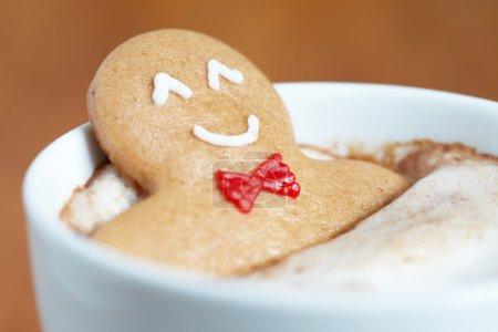 在热巧克力姜饼人