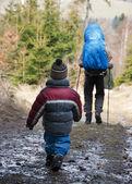 孩子和父亲一起徒步旅行