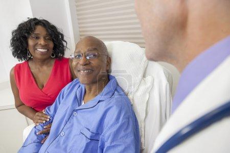 高级的非洲裔美国人患者在医院的床上_高清图片_邑石网
