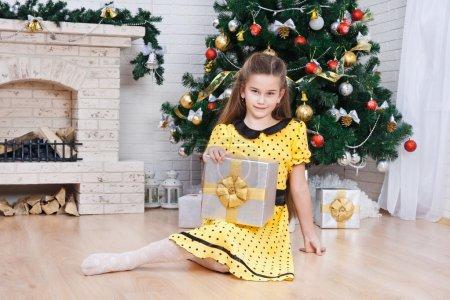 小女孩在一间房的圣诞礼物_高清图片_邑石网
