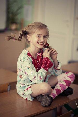 滑稽的女孩坐在桌子上_高清图片_邑石网