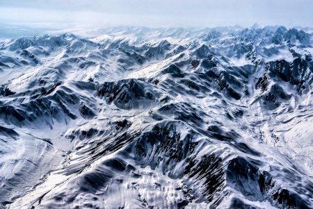 鸟瞰的崎岖的雪覆盖阿拉斯加山脉