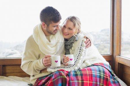 恩爱的夫妻,在冬天穿带窗户的杯子