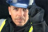 施加的安全帽的建筑工人