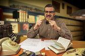 愤怒的上班族在办公室在 1960 年代打破了黄色铅笔