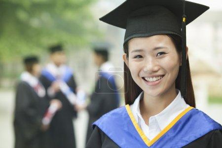 年轻的女大学毕业生_高清图片_邑石网