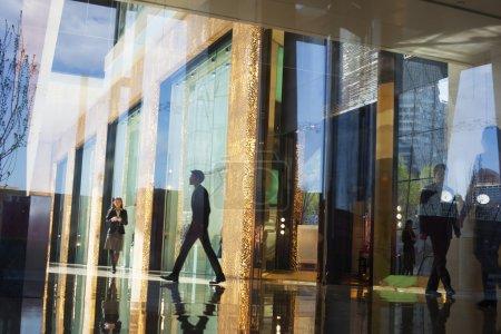 商界人士步行穿过一栋办公大楼的大厅